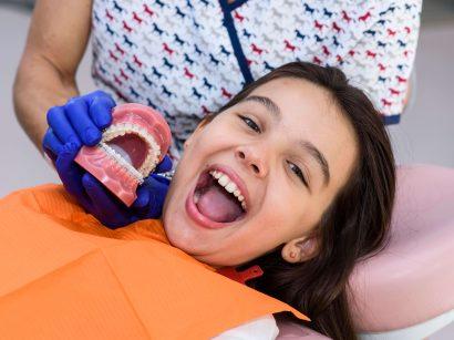 Nu aștepta până când îi ies toți dinții permanenți. Probleme de creștere dentară la copii