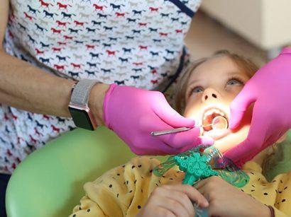Tratament ortodontic: cum se mișcă dinții?